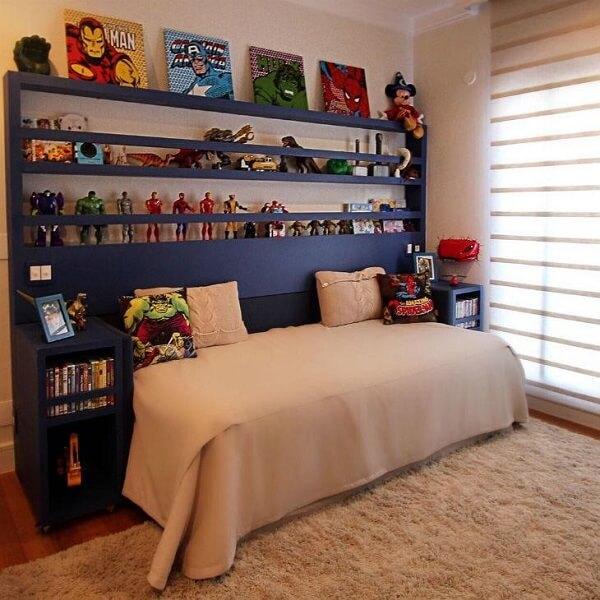 Estante para quarto de menino com nichos que servem de apoio para expor os objetos de coleção