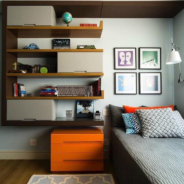 Estante para quarto de solteiro posiciona na lateral da cama