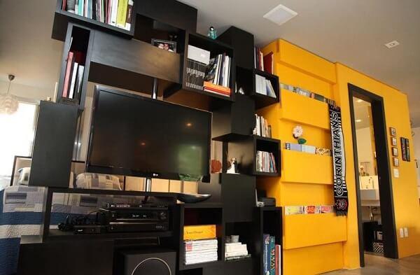 Estante para quarto com nichos e parede amarela