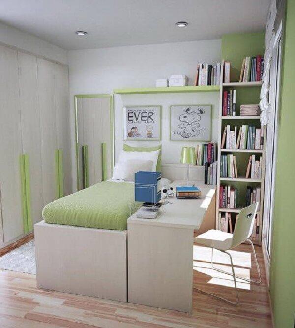 Estante verde com livros e cadeira metálica branca