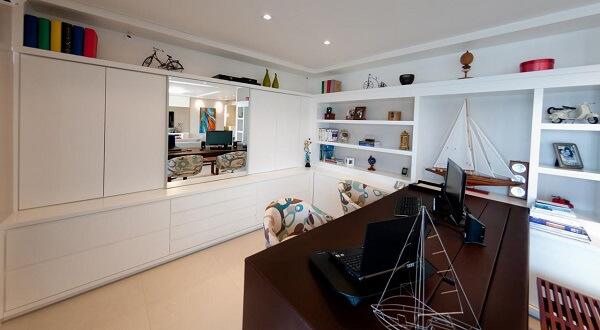 Invista em uma estante para quarto na cor branca