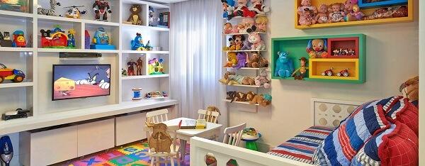 Incorpore na decoração várias estantes para quarto infantil