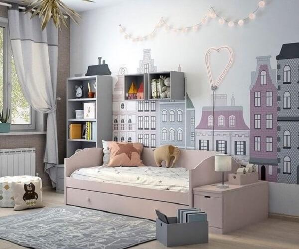 Papel de parede de prédios e estante para quarto infantil na cor cinza claro