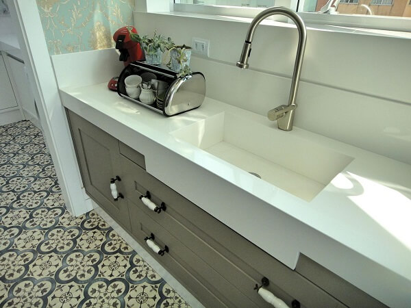 Pia de porcelanato cozinha branca com cuba esculpida