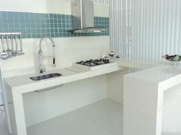 Pia de porcelanato cozinha com bancada branca
