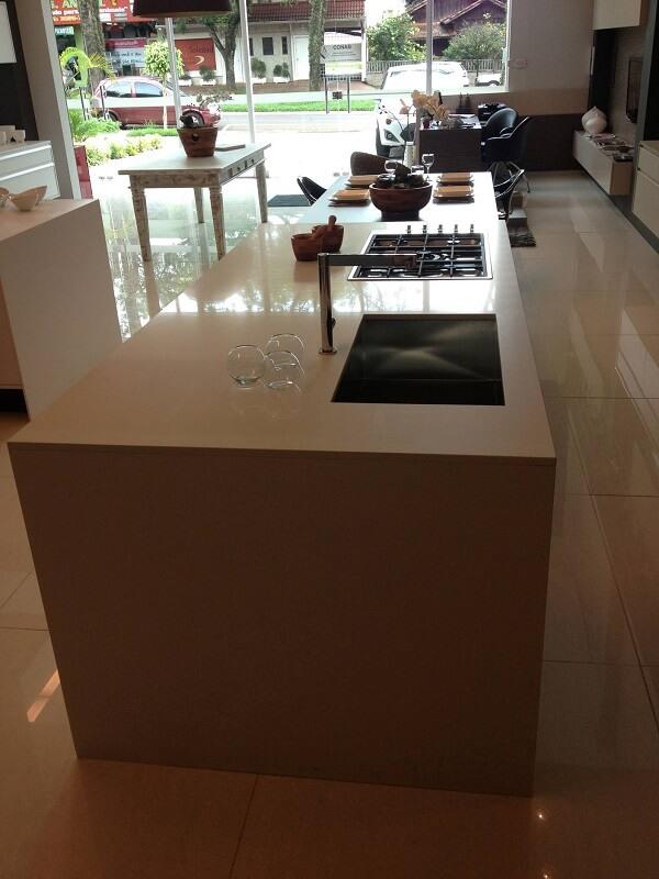 Pia de porcelanato cozinha com bancada grande