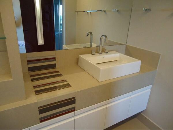 Pia de porcelanato para banheiro com detalhes coloridos