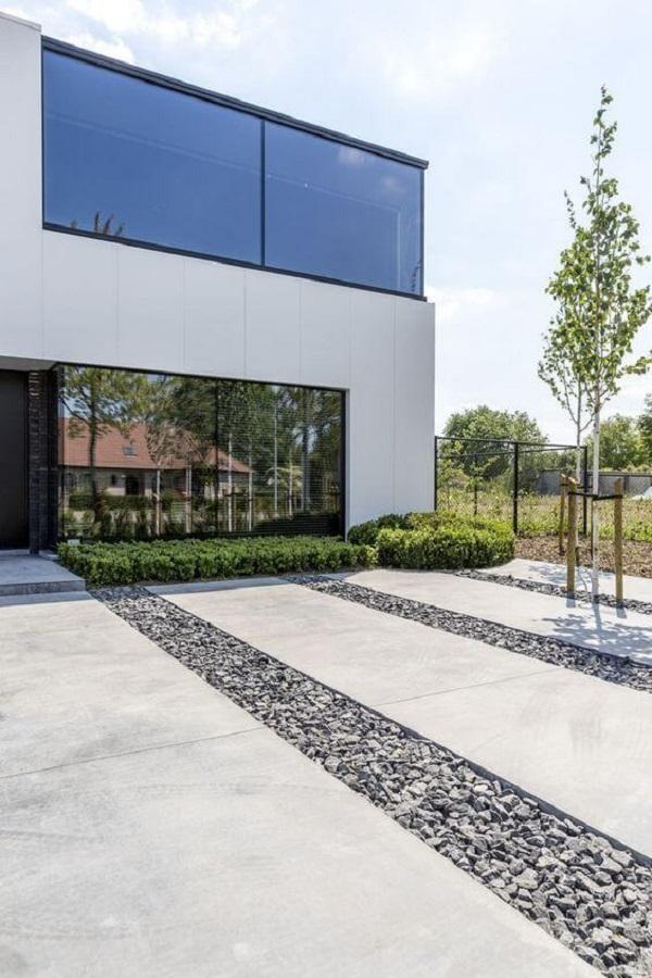 Piso para garagem feito com placas de concreto e pedras
