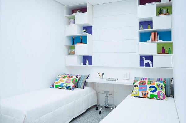 Quarto com duas camas e Estante com nichos na cor branca