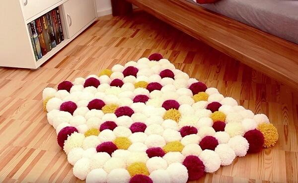 Como fazer tapete de pompom para decoração de quarto