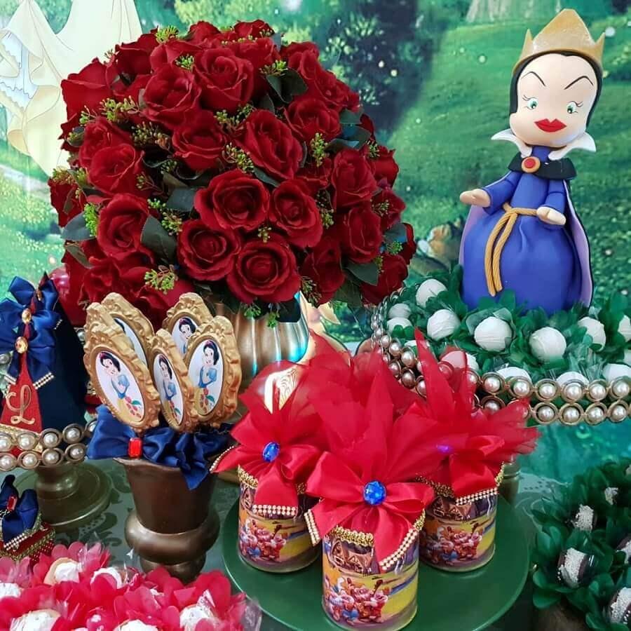 arranjo de rosas vermelhas para decoração festa branca de neve Foto Reino das Festas