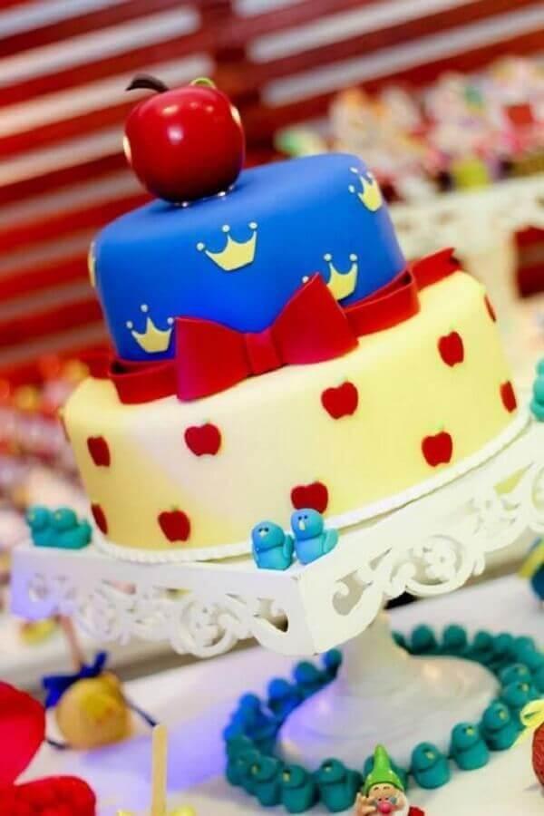 bolo decorado com maçã no topo para festa da branca de neve Foto Papo Glamour