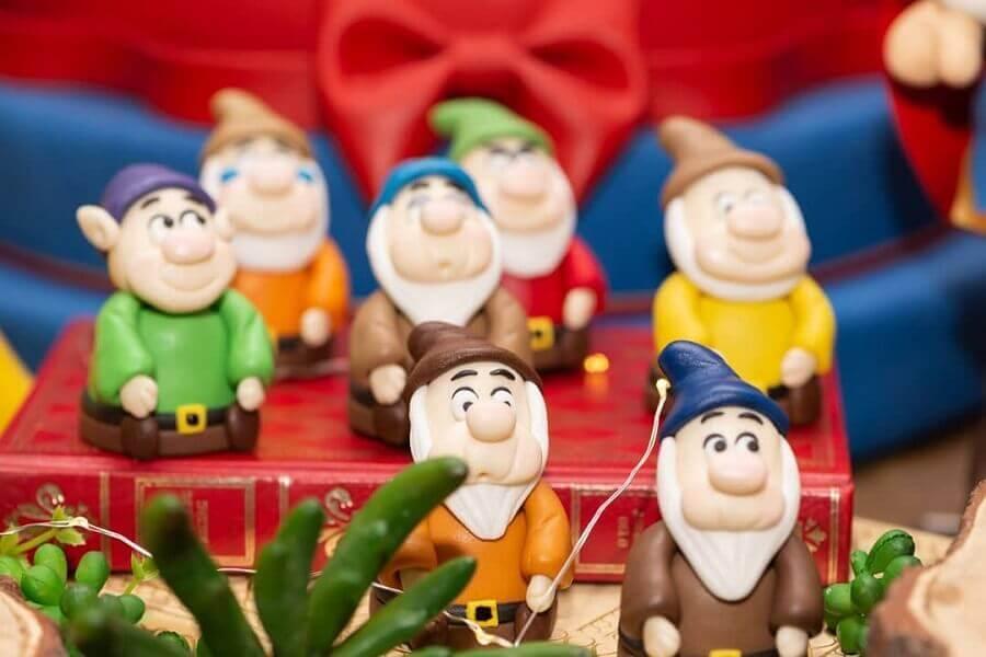 bonequinhos dos sete anões para decoração festa branca de neve Foto Cida Miyasaki