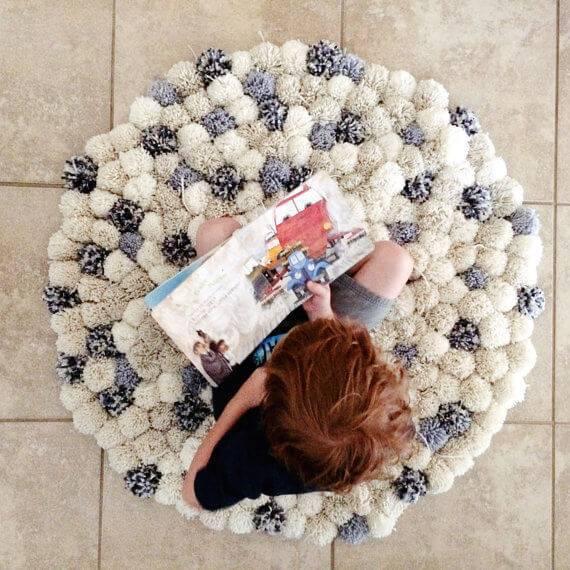 Como fazer tapete de pompom com cores neutras