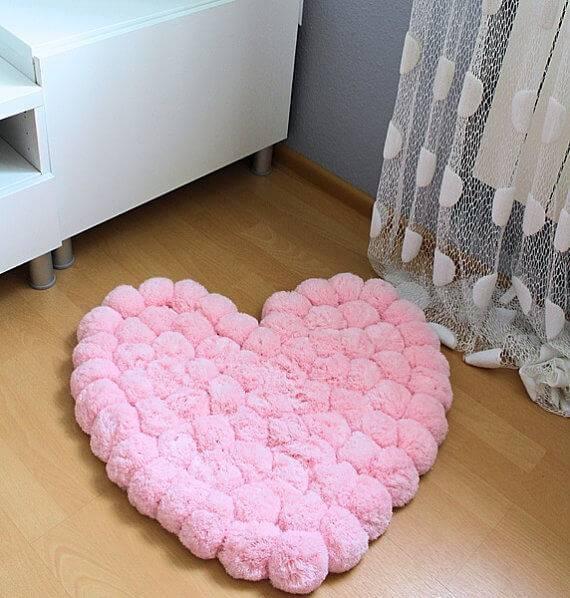 como fazer tapete de pompom coração