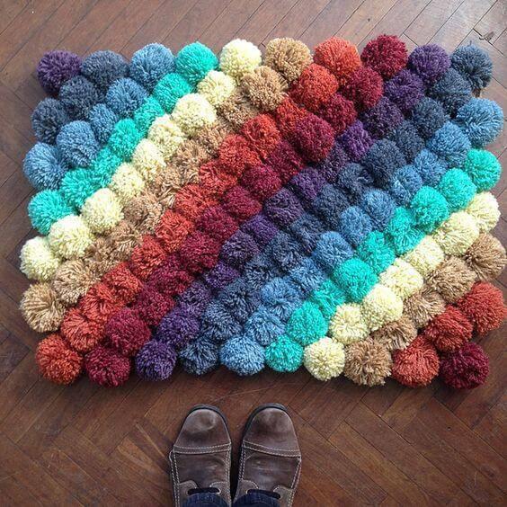 Como fazer tapete de pompom com cores uniformes