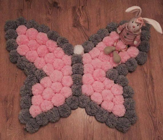 Como fazer tapete de pompom com formato de borboleta rosa e cinza