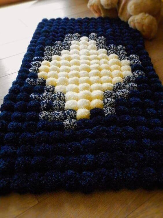 como fazer tapete de pompom losango branco e azul