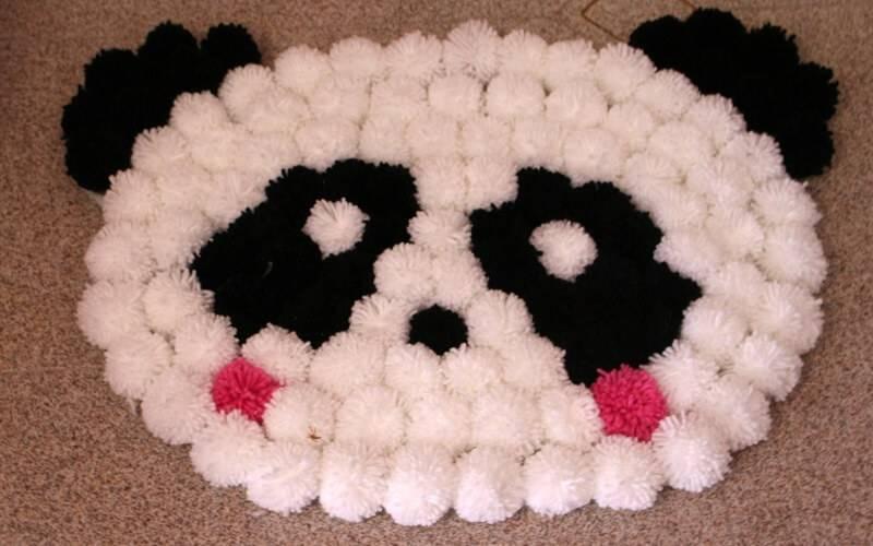 Como fazer tapete de pompom em formato de urso panda