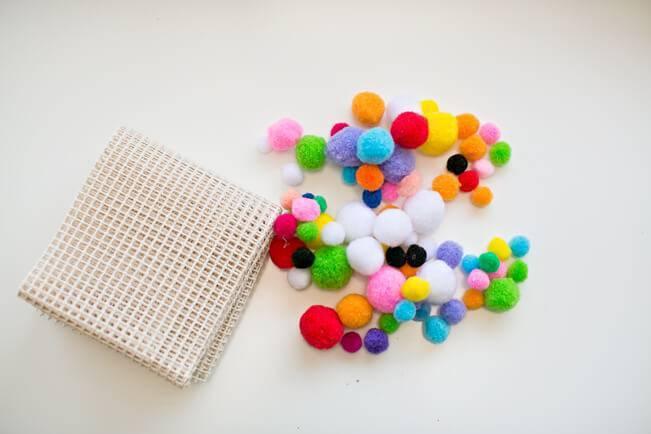 como fazer tapete de pompom passo 2