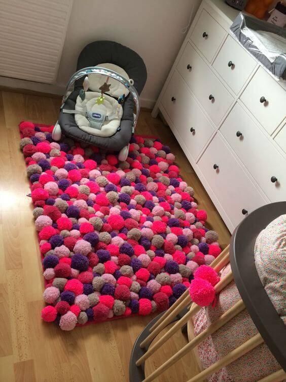 Como fazer tapete de pompom para quarto de bebê