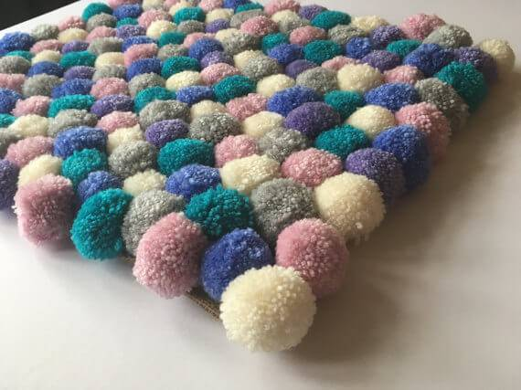 omo fazer tapete de pompom com tons pasteis
