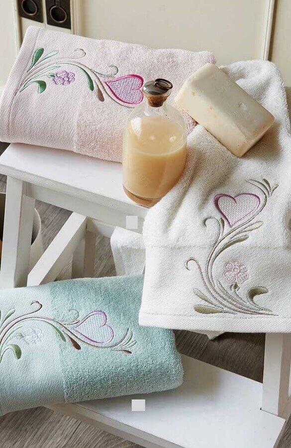 decoração com toalha de banho bordada Foto Pinterest