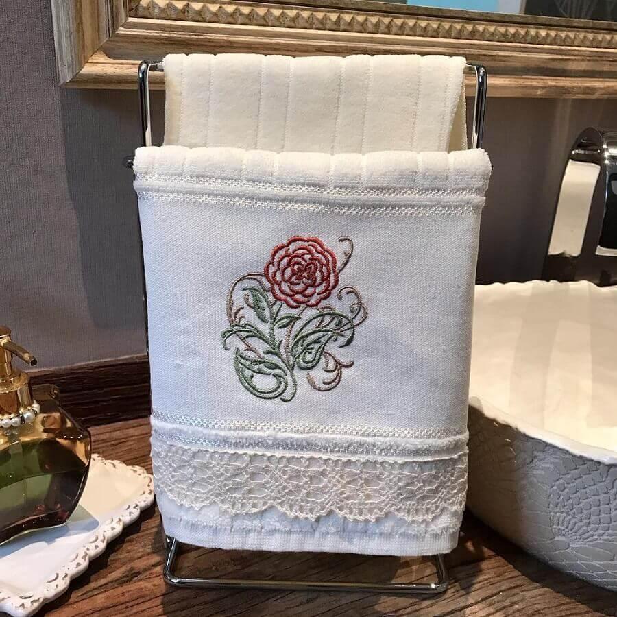 decoração de banheiro com toalha bordada Foto Art Mia