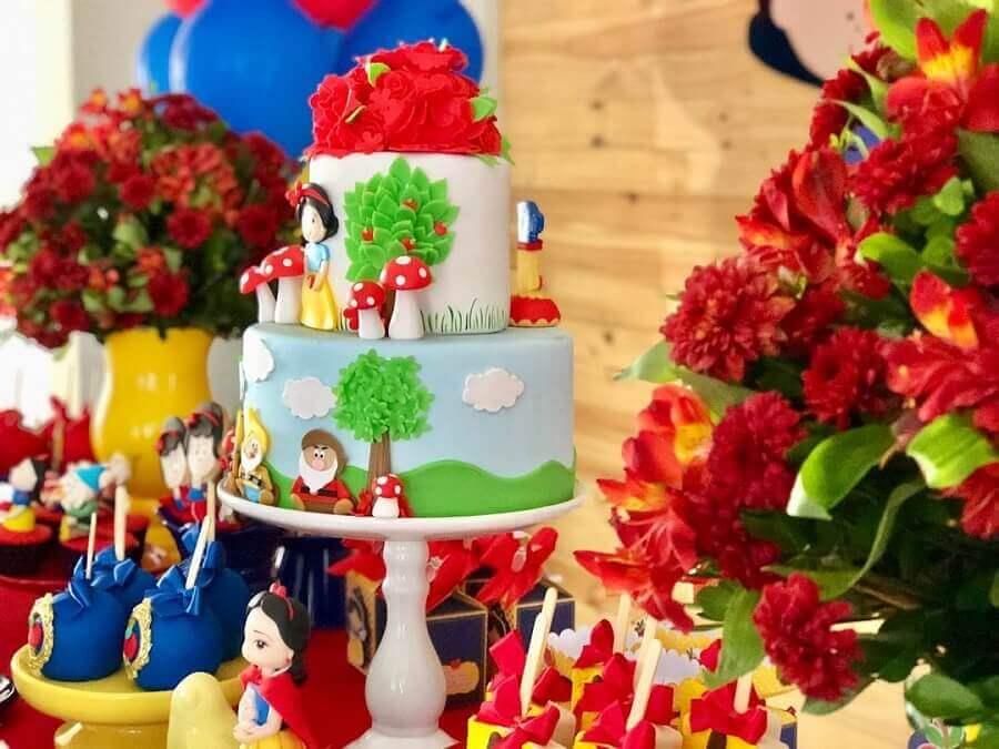 decoração de festa branca de neve com bolo personalizado Foto Michelle Batista Decor
