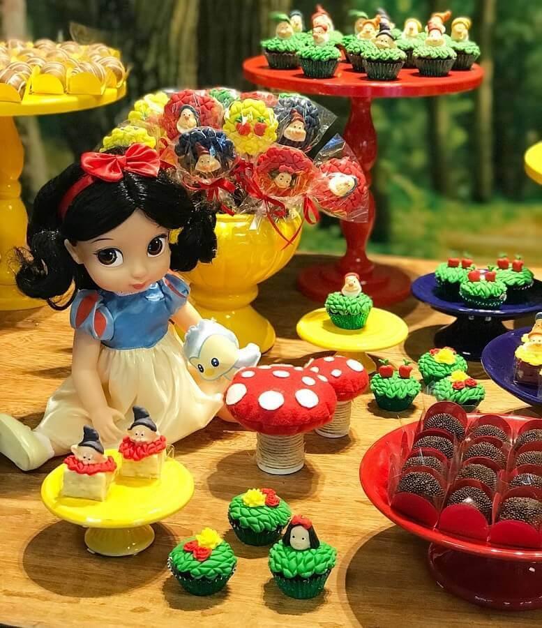 decoração de festa branca de neve com bonecos dos personagens Foto Casa em Festa