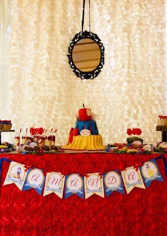 decoração para festa branca de neve simples com espelho no painel Foto Pinterest