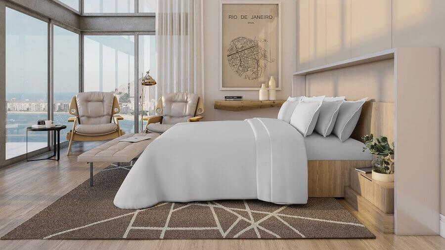 decoração para quarto de hotel em tons neutros com roupa de cama branca e móveis de madeira