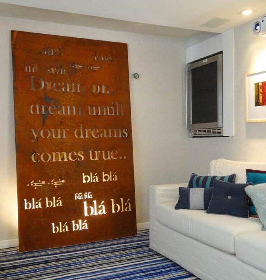 decoração para sala toda branca com quadro de aço corten  Foto Moda de Casa