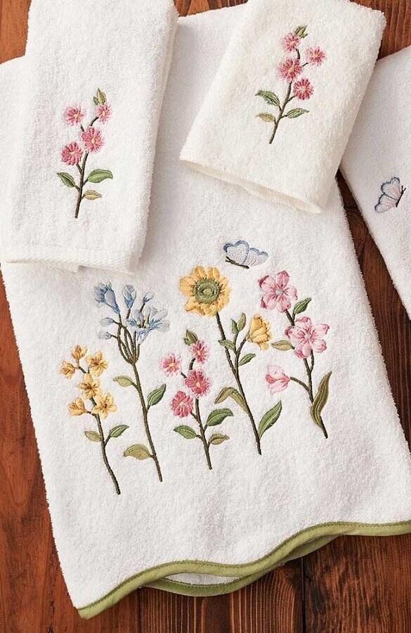 delicados bordados em toalhas de banho com flores Foto Etsy