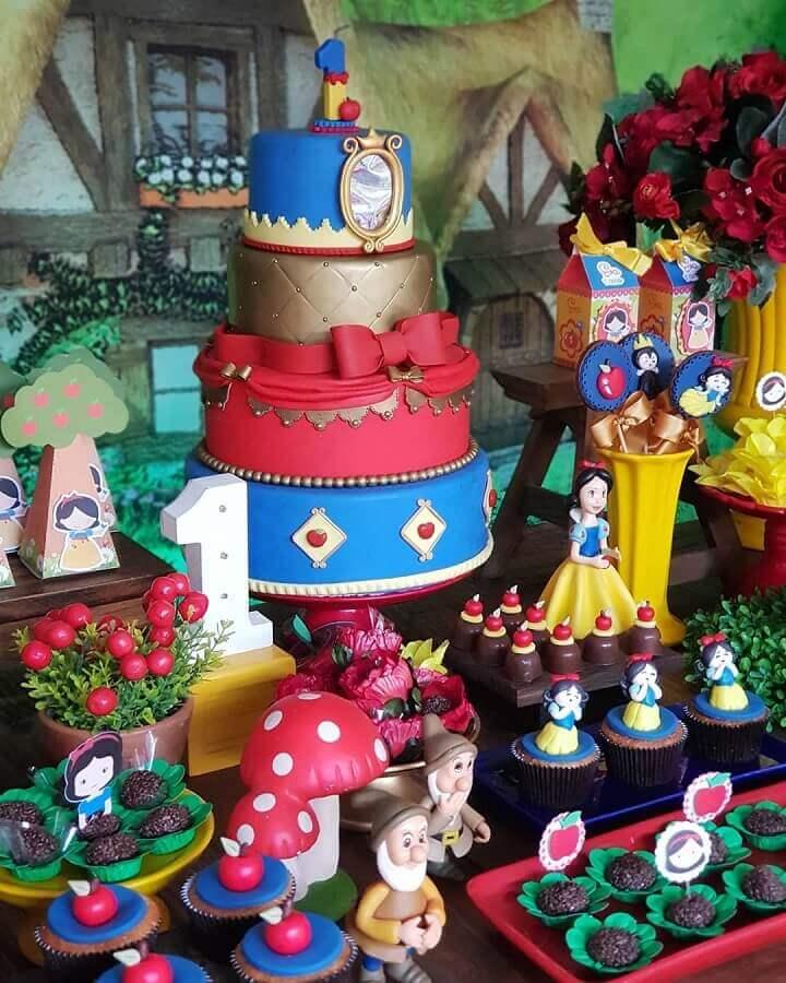 detalhes decorativos para mesa de festa da branca de neve Foto Discapel Festas