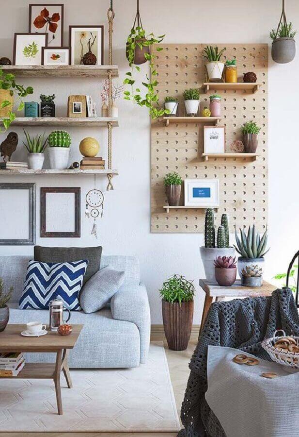 dicas de decoração barata para sala com prateleiras suspensas e vasinhos de plantas Foto Tudo Especial
