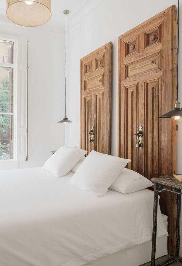 dicas de decoração de quarto com cabeceira feita de porta de madeira Foto Pinosy
