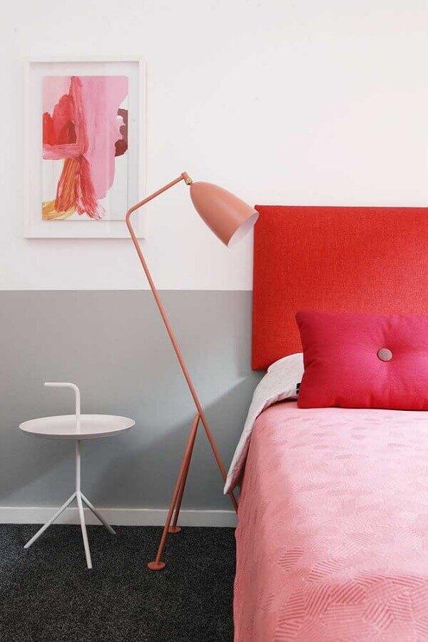 dicas de decoração de quarto com cabeceira vermelha e luminária rosa Foto Homedit