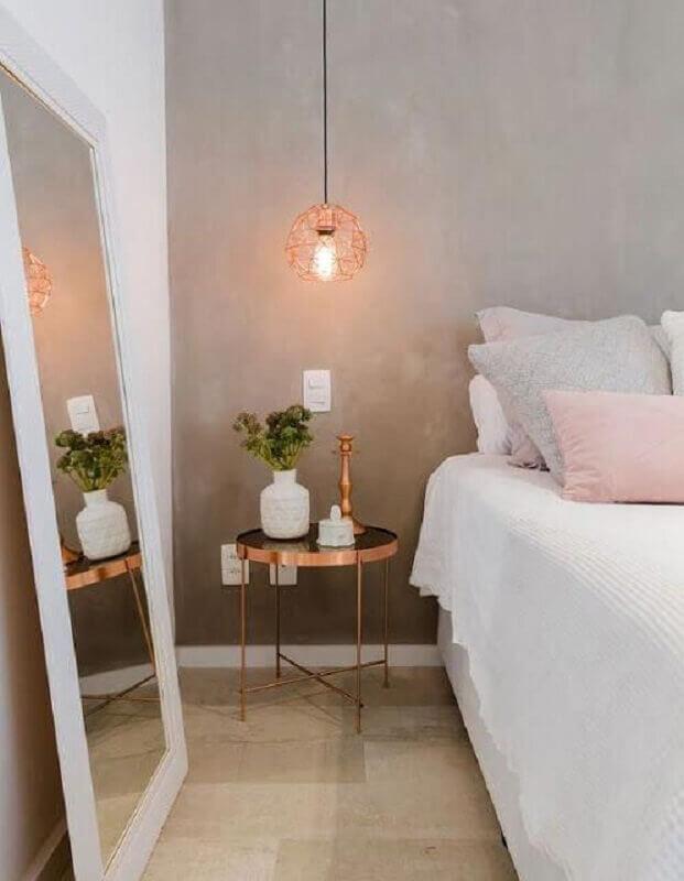 dicas de decoração de quarto com parede de cimento queimado e grande espelho Foto Tudo Especial