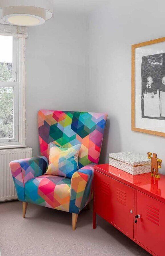dicas de decoração para casa com poltrona colorida e aparador vermelho Foto Pinterest
