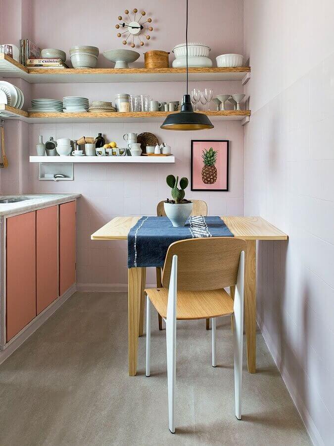 dicas de decoração para casa com prateleiras de madeira e armário cor de rosa Foto Habitissimo