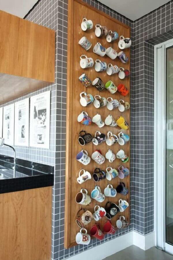 dicas de decoração para cozinha com mural de xícaras Foto CoachDecor