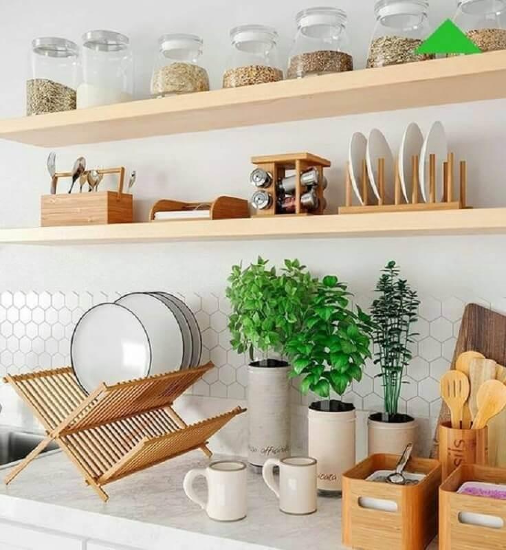 dicas de decoração para cozinha com prateleiras de madeira Foto Pinosy