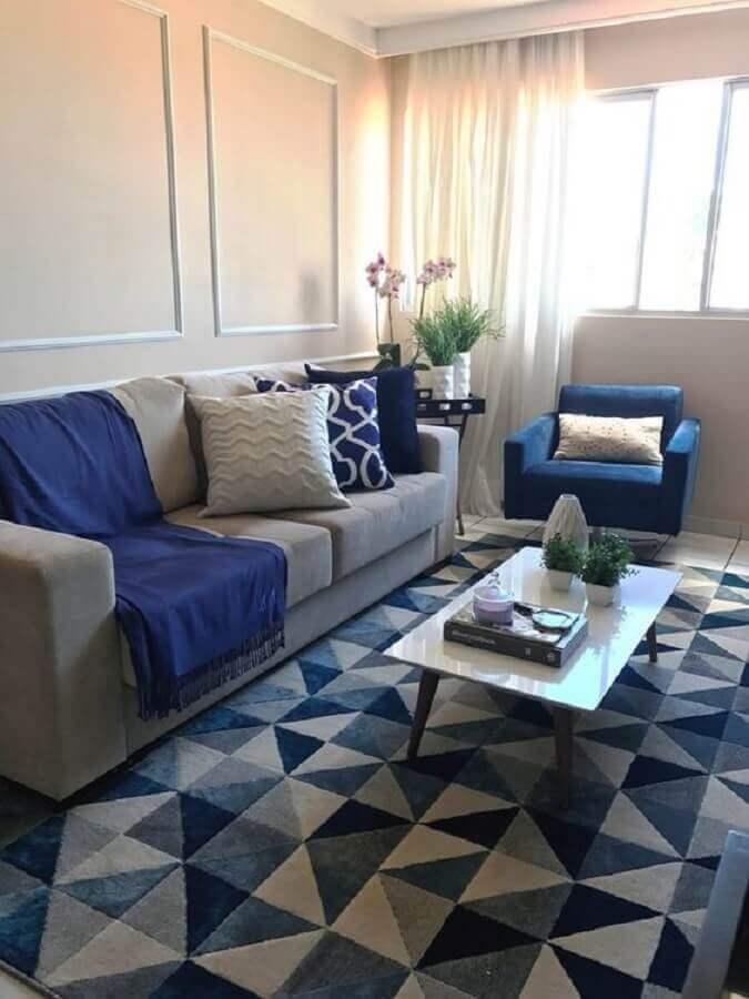 dicas de decoração para sala azul com boiserie e tapete com estampa geométrica Foto Pinterest