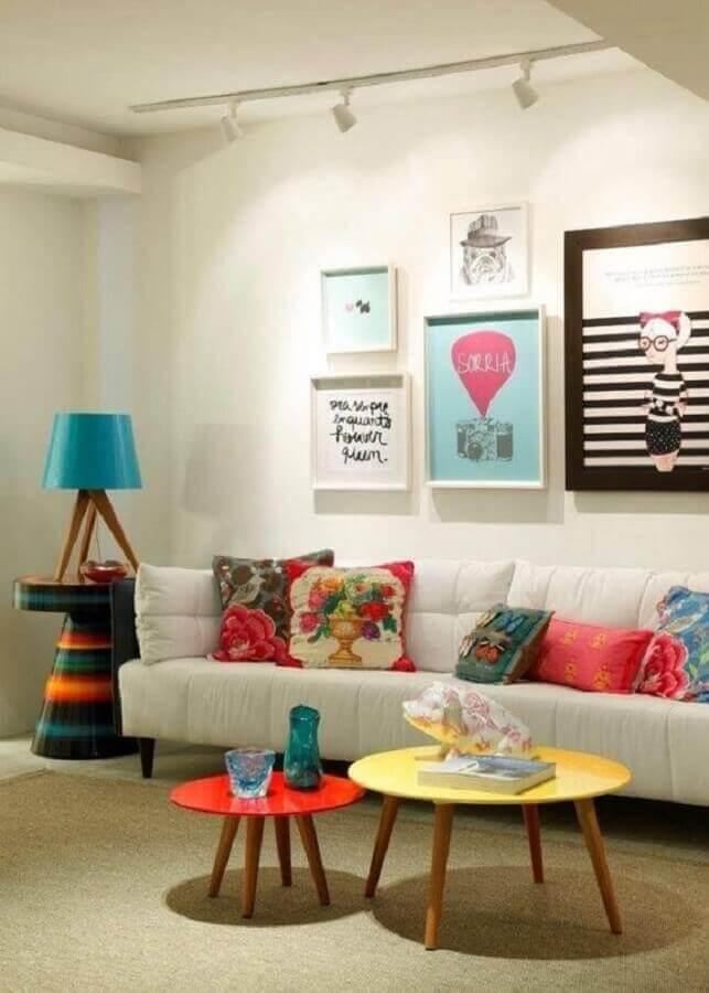 dicas de decoração para sala com quadros coloridos e mesa de centro redonda Foto Yasmin Ruama