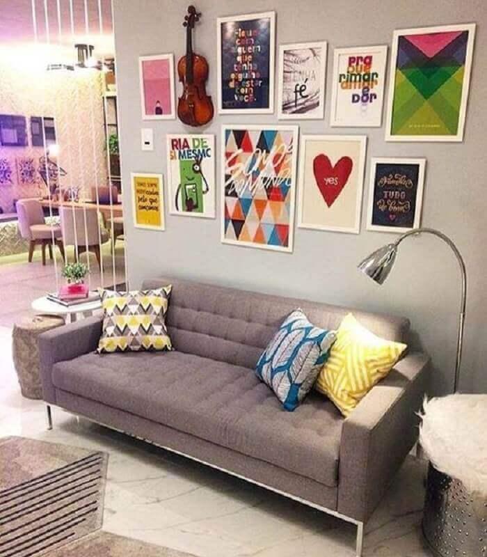 dicas de decoração para sala com sofá cinza e vários quadros na parede Foto Pinterest