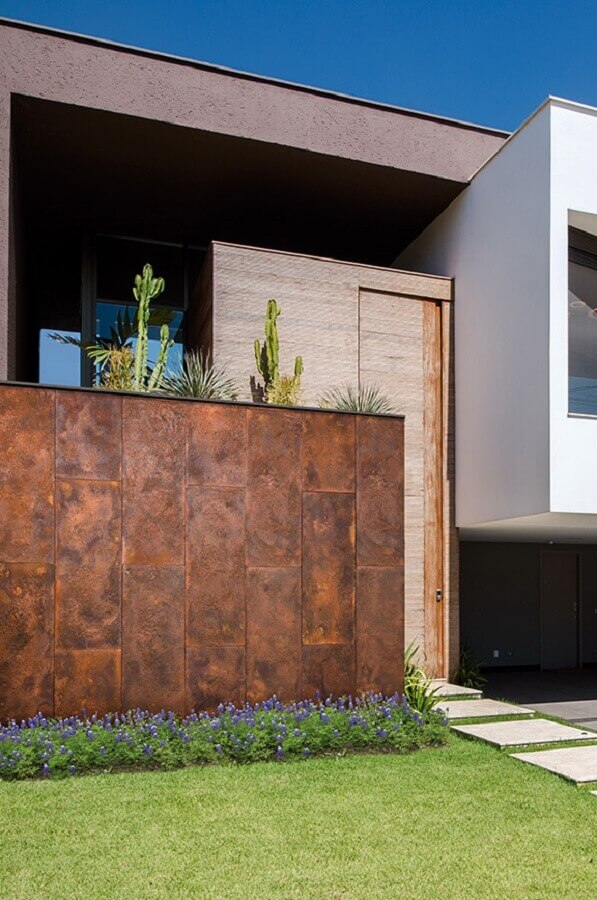 fachada de casa com muro de aço corten  Foto Castelatto