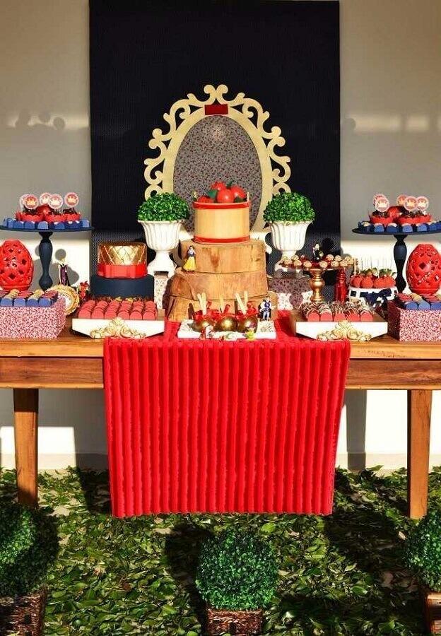 festa branca de neve simples decorada com vários arranjos de plantas Foto PaperBlog