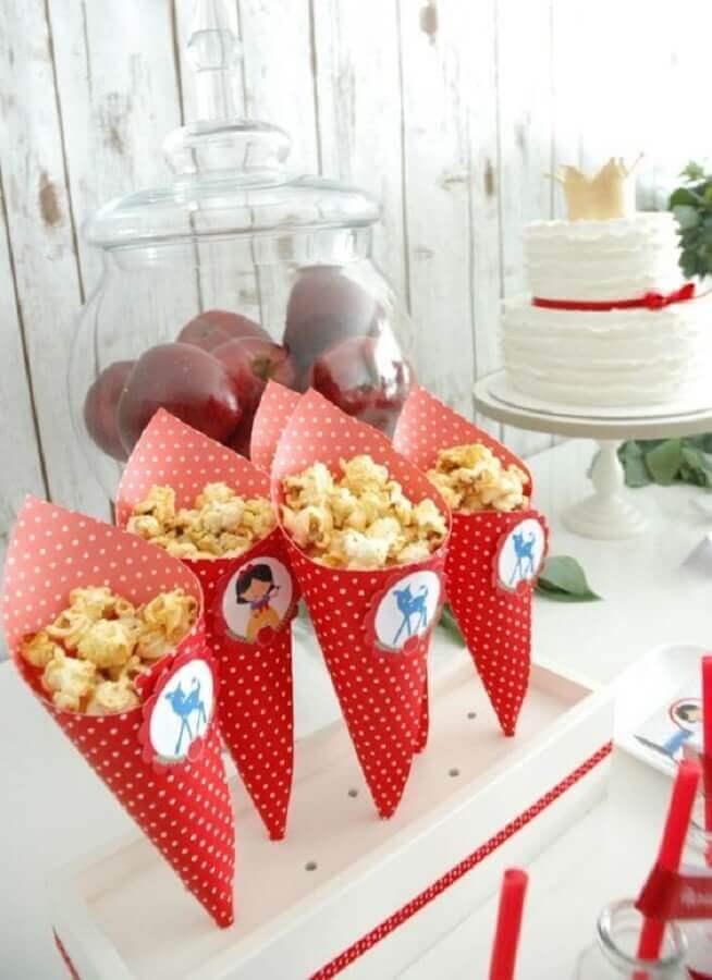 festa da branca de neve com canudinhos de pipoca Foto Pinterest