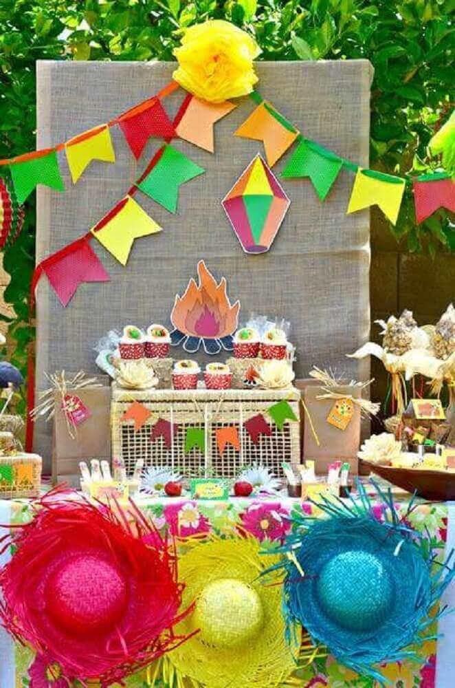 festa junina com bandeirinhas e chapéu de palha